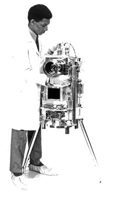 Lunar observatory - Dr. George Carruthers with the Far Ultraviolet Camera/Spectrograph.