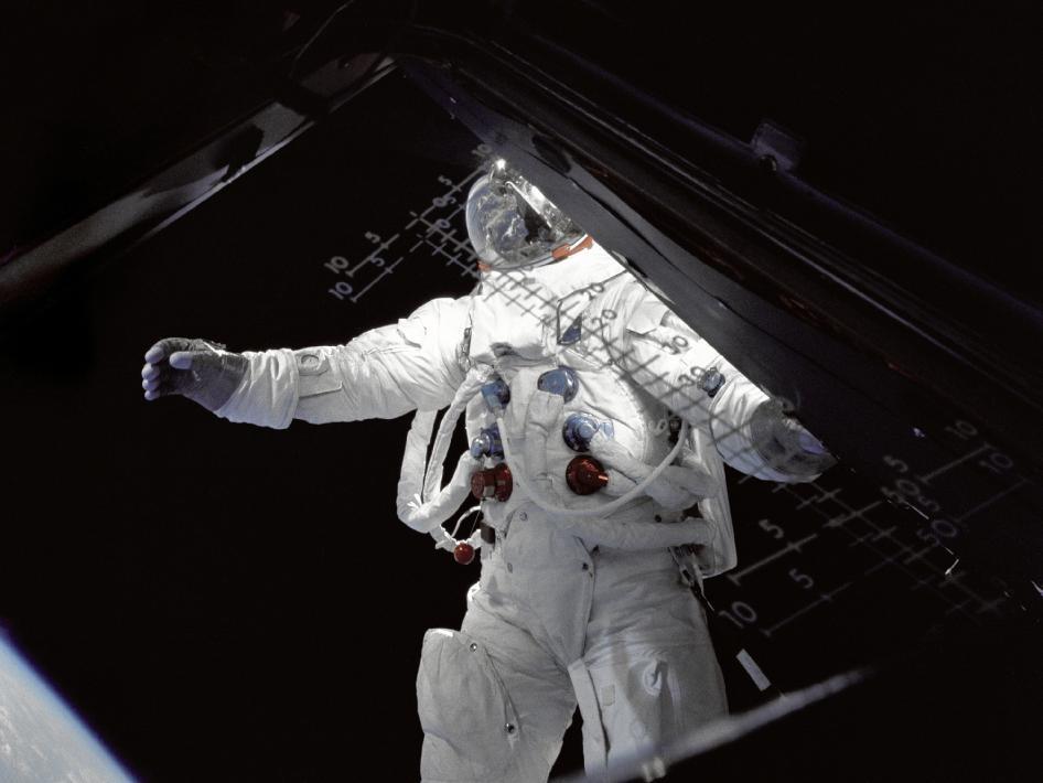 Astronaut Russell Schweickart, lunar module pilot, steht während seines Weltraumspaziergangs am 4. Tag der Apollo 9 Missionauf dem Lunar Lander. NASA