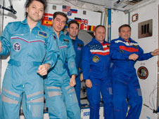 iss017e021343 -- Expedition 17 and Expedition 18 Crews