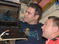Greg Chamitoff and Yury Lonchakov watch the landing of Expedition 17