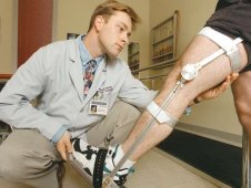 Selectively lockable brace allows the knee to move, allowing faster, less painful rehabilitation.