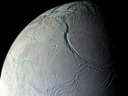 Под корой спутника Сатурна обнаружен океан солёной воды: возможно, там есть жизнь.  Фото.