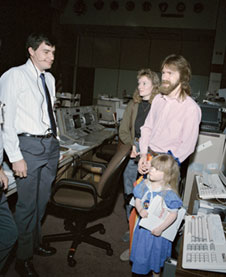 S90-33592: Shelton family visits Mission Control in 1990