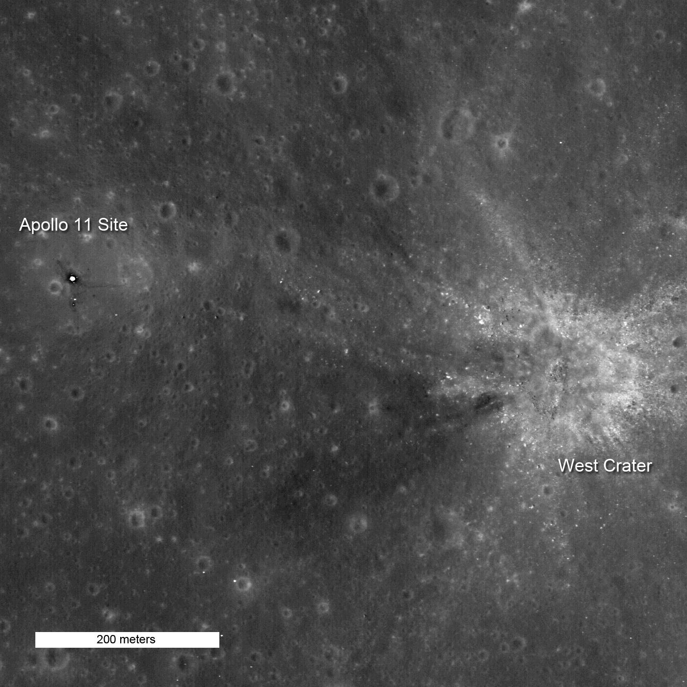 Фотография высокого разрешения места высадки «Аполлона 11» сделанная в 2011 году Lunar Reconnaissance Orbiter (LRO).