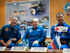 JSC2009-E-286619 -- Expedition 22 crew members
