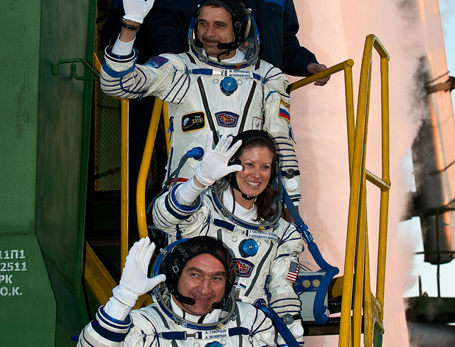 20100402002hq -- Three Expedition 23 crew members