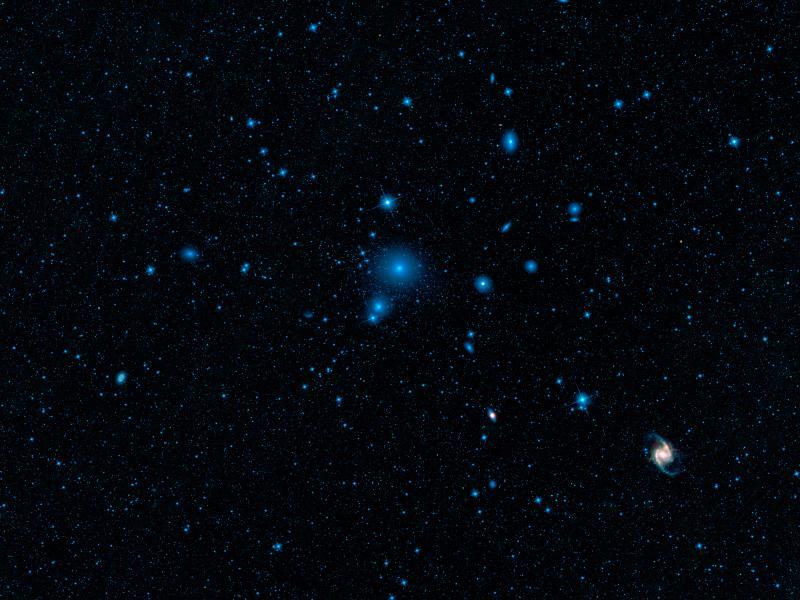 V galaktické kupě v souhvězdí Pece bylo objeveno množství kompaktních trpasličích galaxií