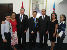 Cheung (center), Prime Minister Mike Eman (left of Cheung), Governor Fredis Refunjol (right of Cheung) and members of the Cheung family