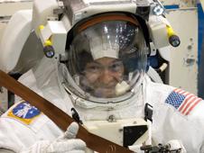 Lopez-Alegria da el visto bueno con el traje espacial EMU sumergido en la NBL
