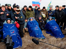 201011260003hq -- Expedition 25 crew members