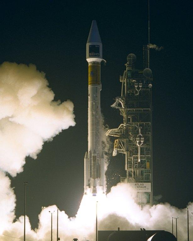 Фото NASA.  Запуск SOHO на борту ракеты.  Atlas II-AS (AC-121) с мыса Канаверал 2 декабря 1995 года.