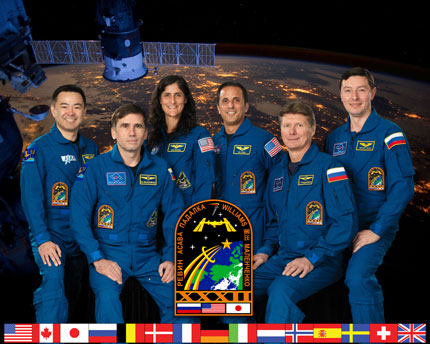ISS032-S-002: Expedition 32 crew portrait