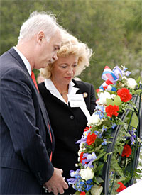 Evelyn Husband, widow of Rick Husband, and William Readdy, Associate Administrator for Space Flight, lay a wreath at the foot of the Space Mirror.