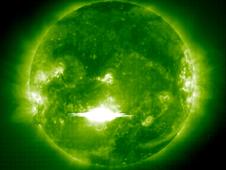Η Solar και Heliospheric Παρατηρητήριο (SOHO) διαστημικό σκάφος συνέλαβε αυτή την εικόνα του μια ηλιακή έκλαμψη - η τρίτη πιο ισχυρή ποτέ παρατηρηθεί σε ακτίνων Χ μήκη κύματος - όπως ξέσπασε από τον ήλιο από νωρίς Τρίτη 28 του Οκτωβρίου του 2003.
