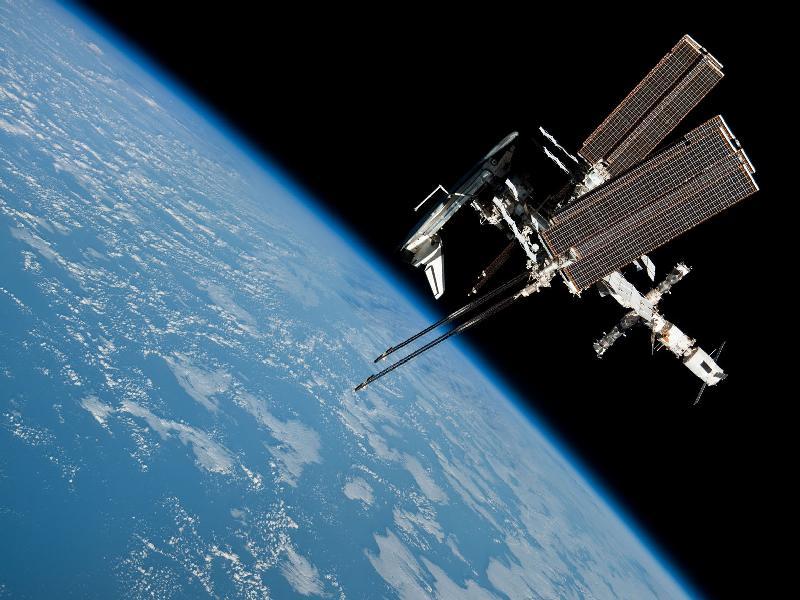 Endeavour parkiran na Interntional Space Station. Fotka je povezana sa portala nasa.gov. Nisam tražio ničije odobrenje da to učinim.