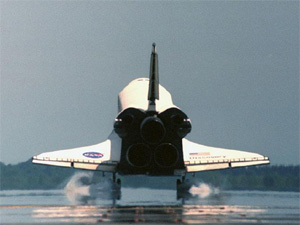 Discovery lands at KSC after STS-105