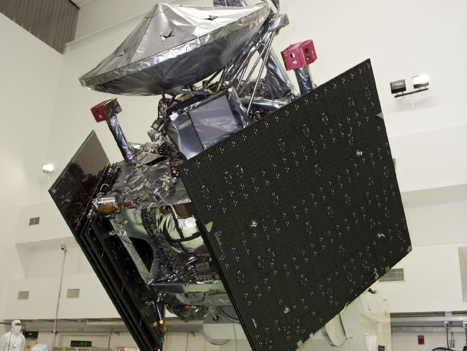 Juno spacecraft undergoes weight and balance testing at Astrotech payload processing facility, Titusville, Fla.