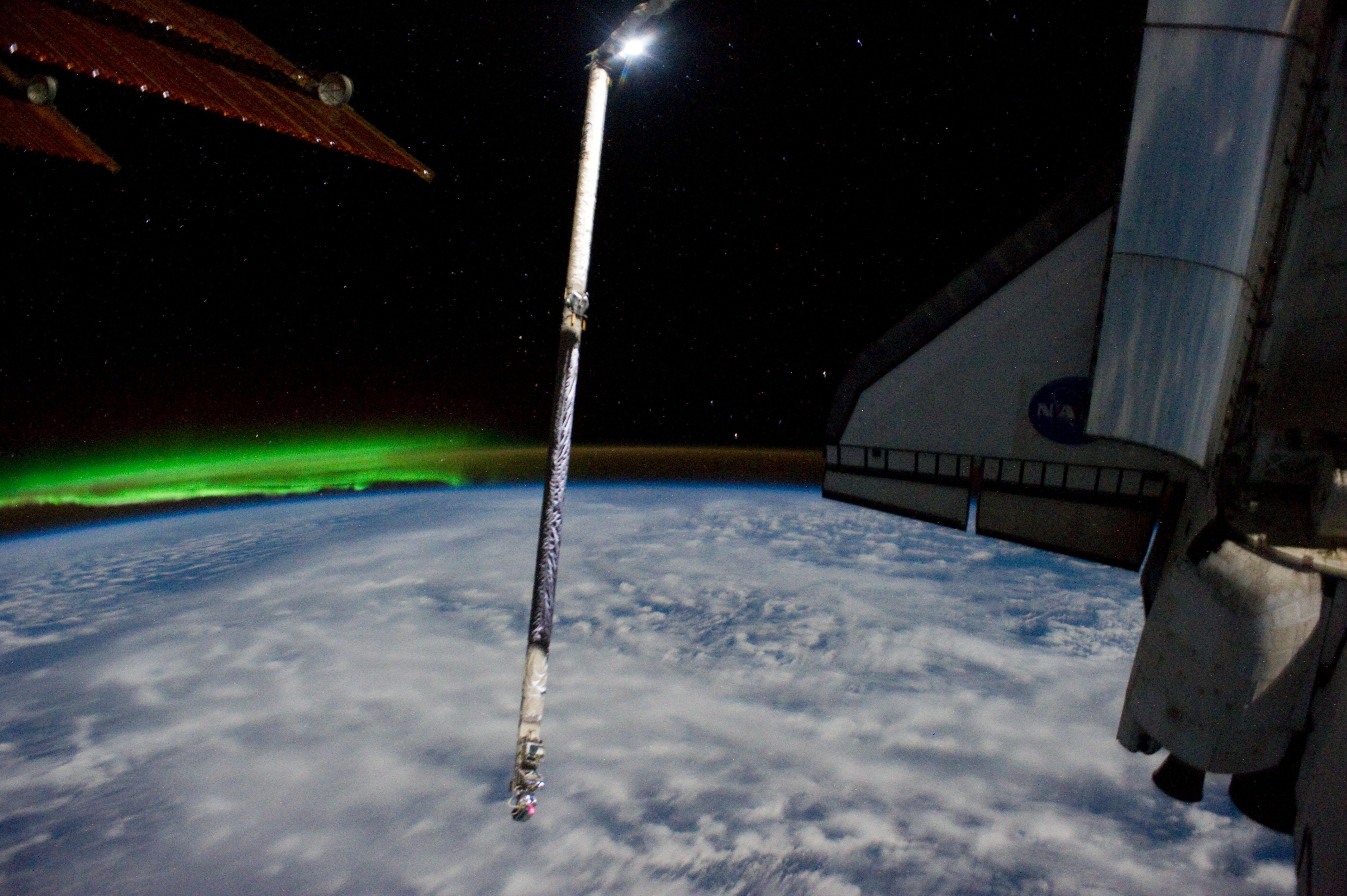 Southern lights greet iss and atlantis bad astronomy bad astronomy southern lights greet iss and atlantis m4hsunfo