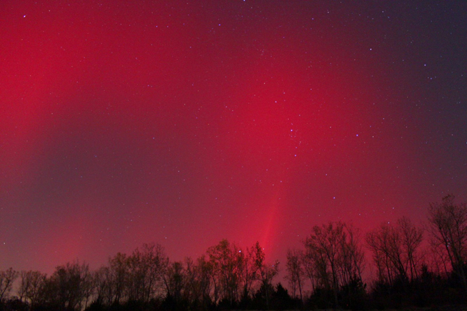 An all-red aurora captured in Independence, Mo., on October 24, 2011.