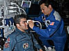 El astronauta Leroy Chiao lleva a cabo un experimento con Salzhan Sharipov a bordo de la estacion espacial