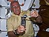 El astronauta John Phillips activa un experimento en el trasbordador especial Discovery
