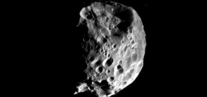 Měsíc Saturnu Phoebe zřejmě pochází z okraje sluneční soustavy, má příliš mnoho izotopů deuteria