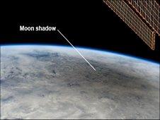 Esta imagem ainda de Internacional membro da tripulação da Estação Espacial, Don Pettit, mostra a borda da Terra durante um eclipse solar em 21 de maio de 2012, como pode ser visto da estação.  (NASA)