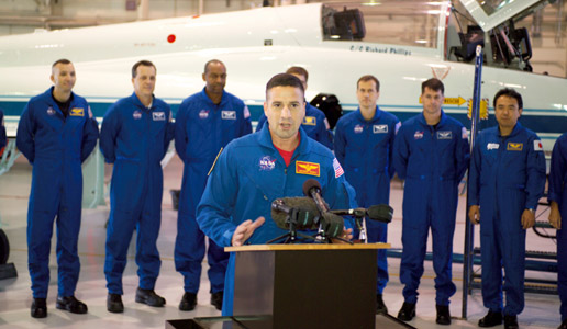 The 2004 astronaut candidates participate in a briefing.