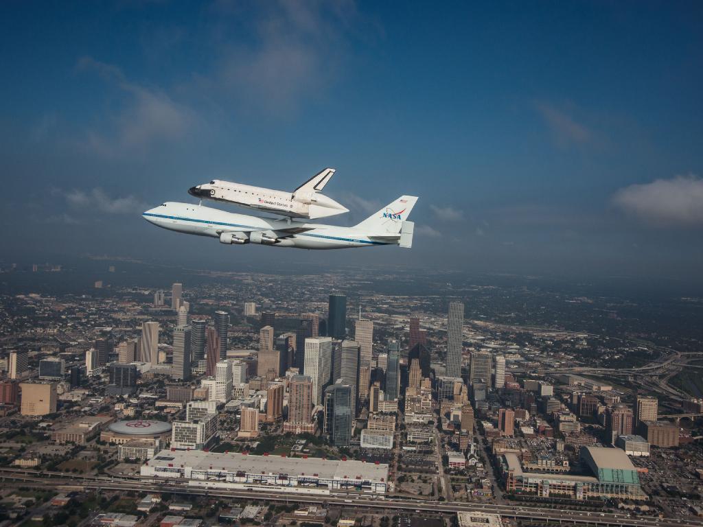 美国航空航天局的奋进号航天飞机降落在美国加利福尼