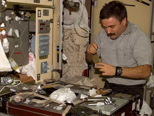 Expedition 8 Flight Engineer Alexander Kaleri eats a meal in the Zvezda Service Module