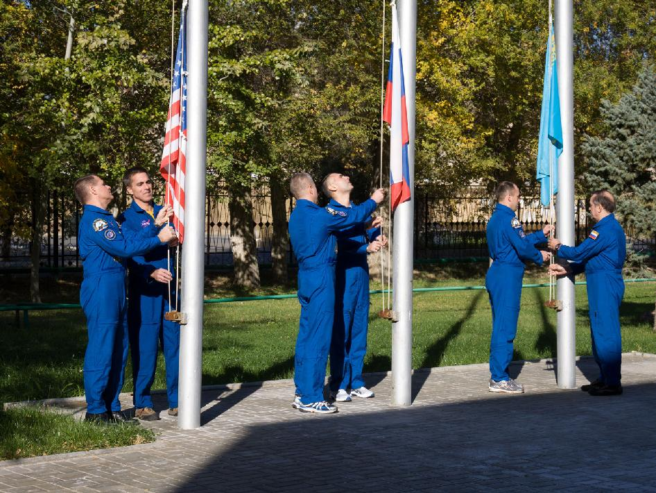 Expedition 33 prime and backup crew members