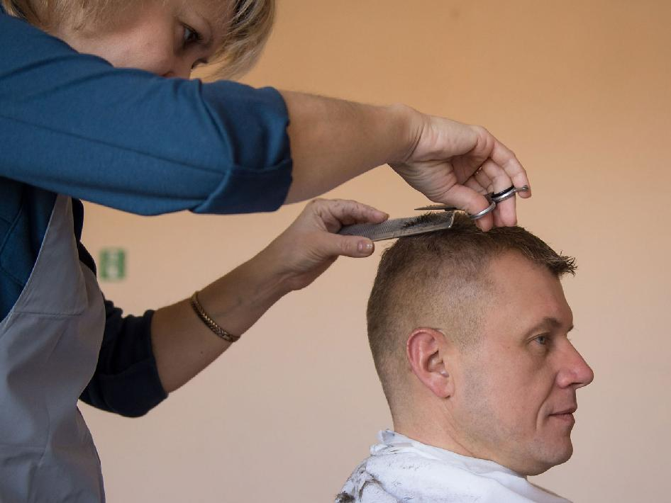 Oleg Novitskiy gets his hair cut