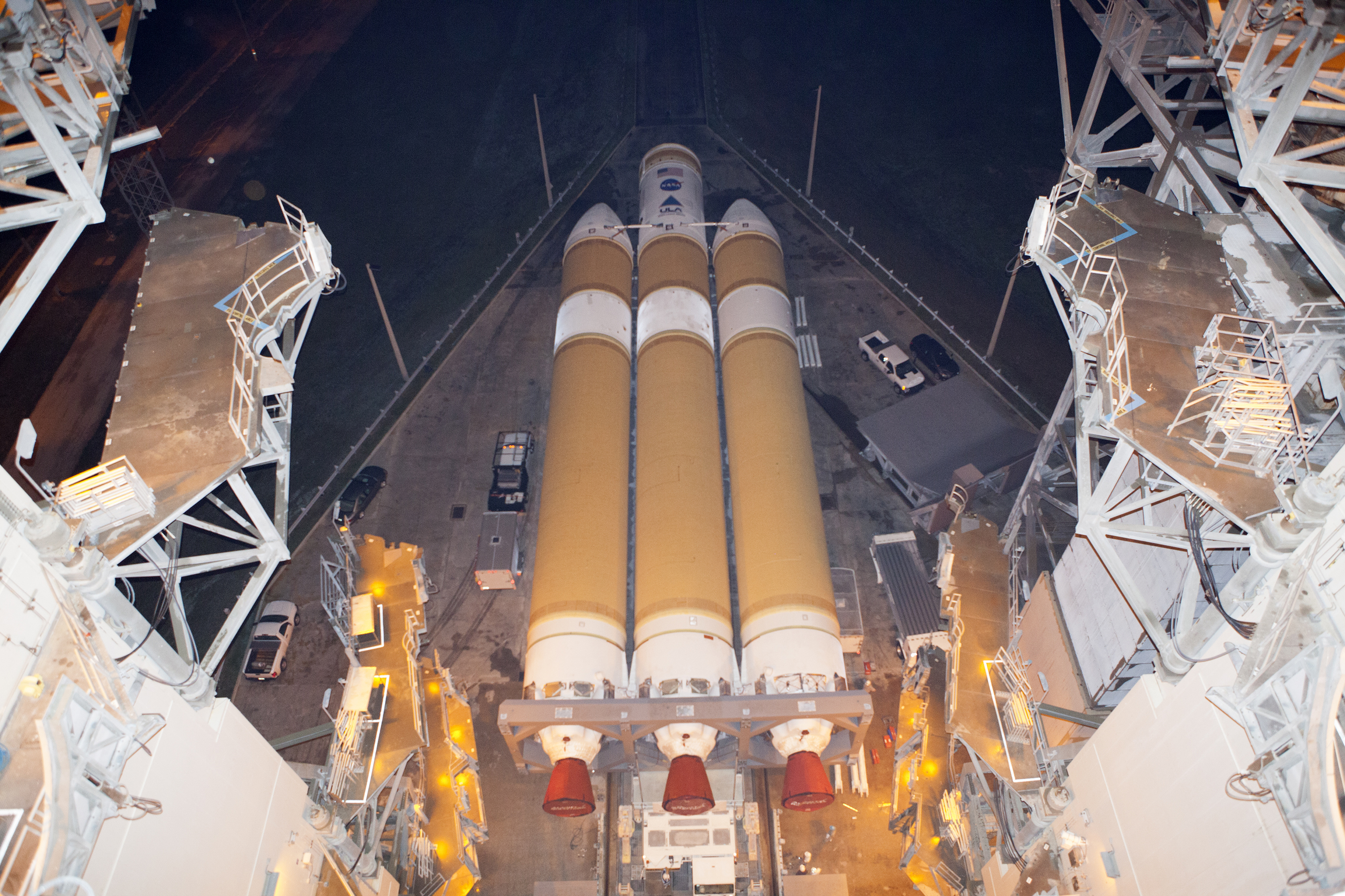 Delta IV Heavy Rocket Rolls to Launch Pad for Orion's ... | 3000 x 2000 jpeg 4616kB