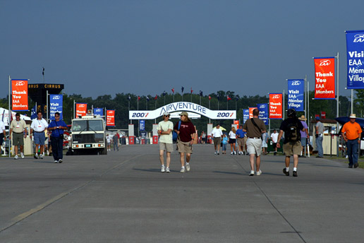 Main causeway at EAA AirVenture Oshkosh 2007