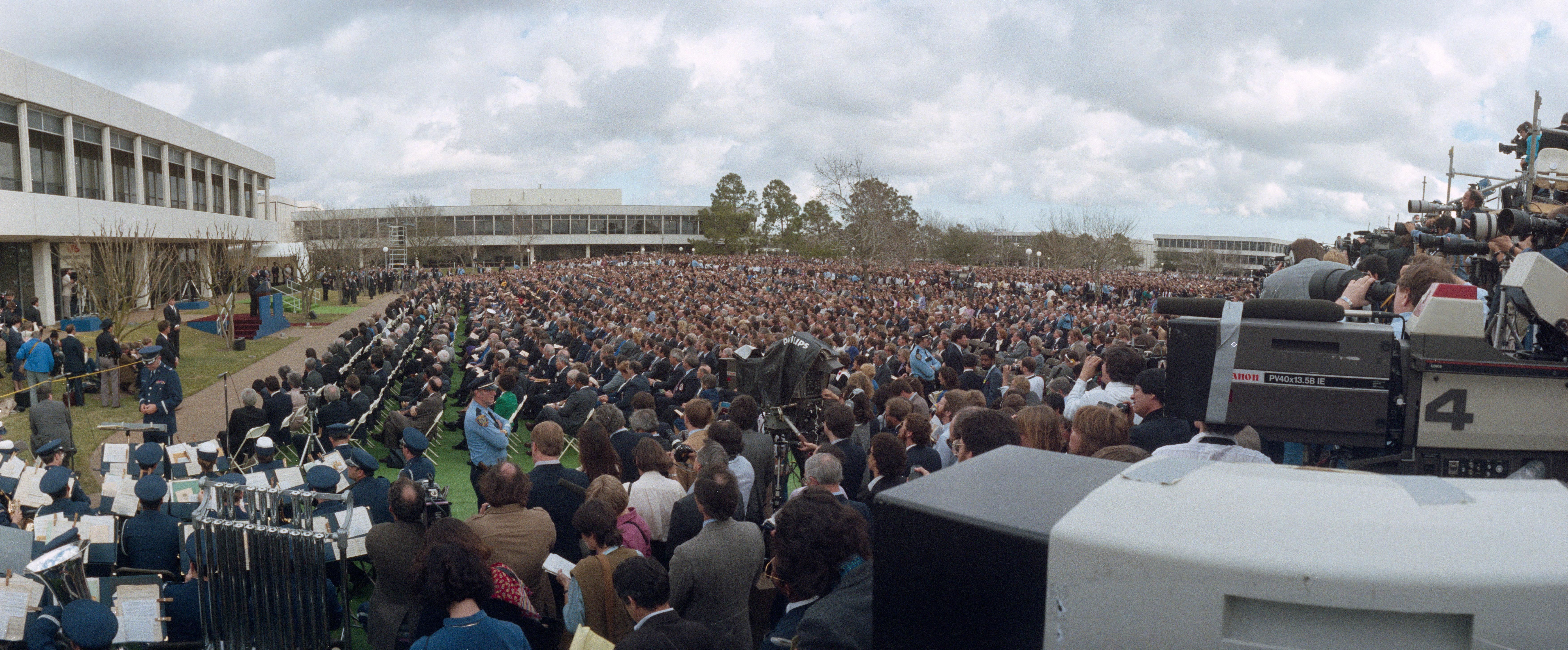 nasa crowds - 1000×415
