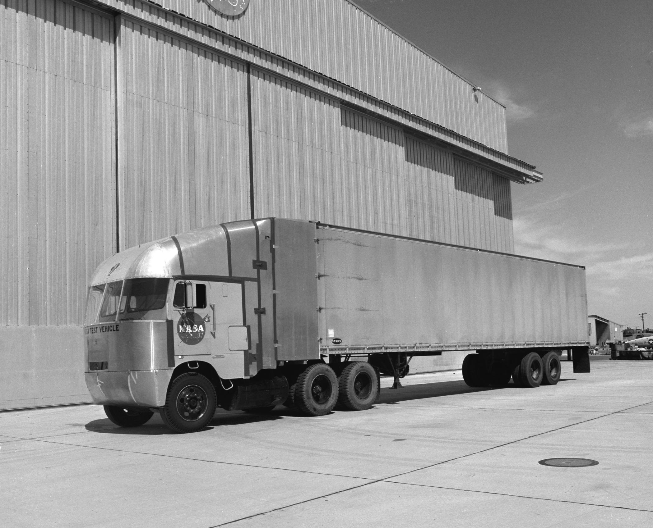 Aerodynamic Tractor Trailer : Aerodynamic truck studies cab over engine tractor trailer