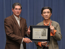 Ames scientist Yijiang Lu receives the H. Julian Allen award.