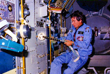 Payload Specialist Ulf Merbold working at Gradient Heating Facility on the Materials Science Double Rack (MSDR) during Spacelab 1 mission.