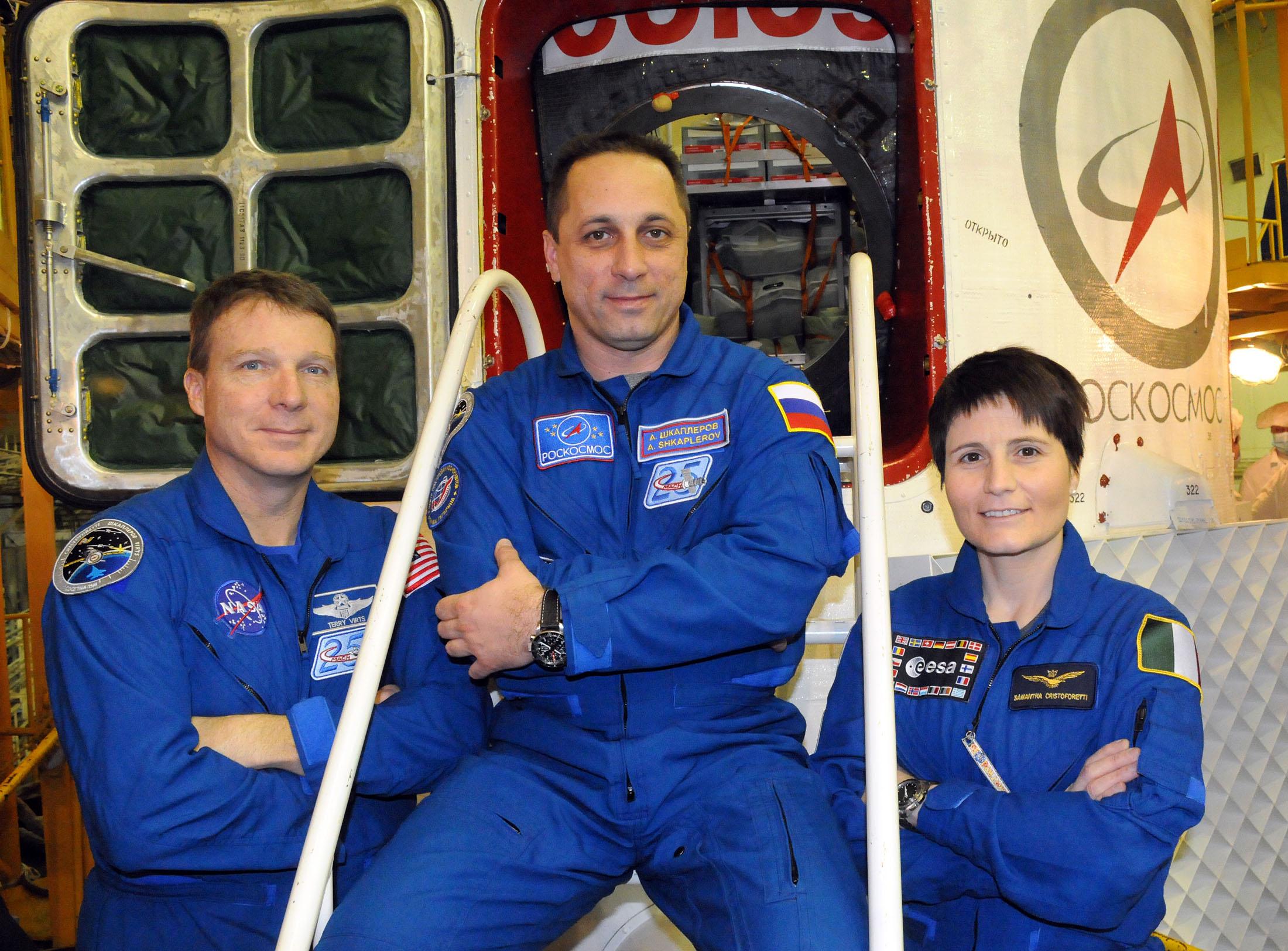 소유즈 우주선앞에 선 세 우주인