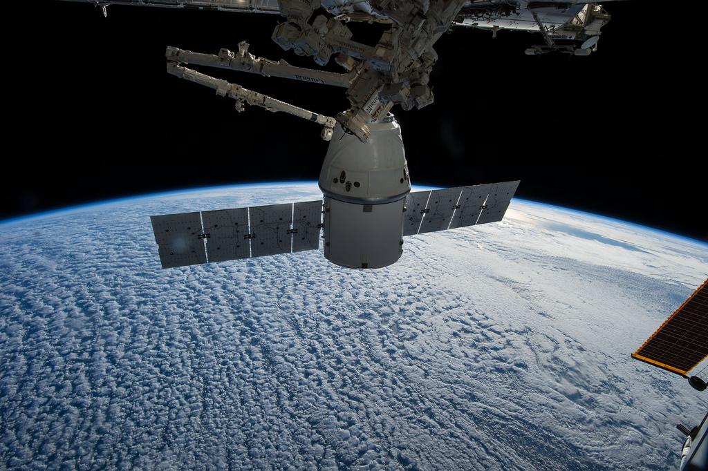 국제우주정거장에서 출발을 기다리고 있는 스페이스X 드래곤 우주선의 모습