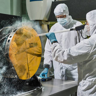 Engineers Clean Mirror with Carbon Dioxide Snow image