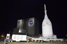 En el Centro Espacial Kennedy de la NASA en Florida, la nave espacial Orion de la agencia se detiene delante del icónico Edificio de Ensamblaje de Vehículos del puerto espacial, ya que se transporta al Complejo de Lanzamiento 37 en la Estación de la Fuerza Aérea de Cabo Cañaveral.  Después de la llegada a la plataforma de lanzamiento, los ingenieros y técnicos de United Launch Alliance levantarán Orión y montarlo encima de su cohete Delta IV pesado.