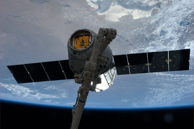 SpaceX Dragon grappled by Canadarm2
