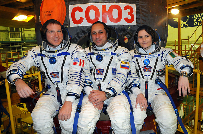 In the Integration Facility at the Baikonur Cosmodrome in Kazakhstan, Expedition 42/43 crewmembers Terry Virts of NASA (left), Anton Shkaplerov of the Russian Federal Space Agency (Roscosmos, center) and Samantha Cristoforetti of the European Space Agency (right) pose for pictures.