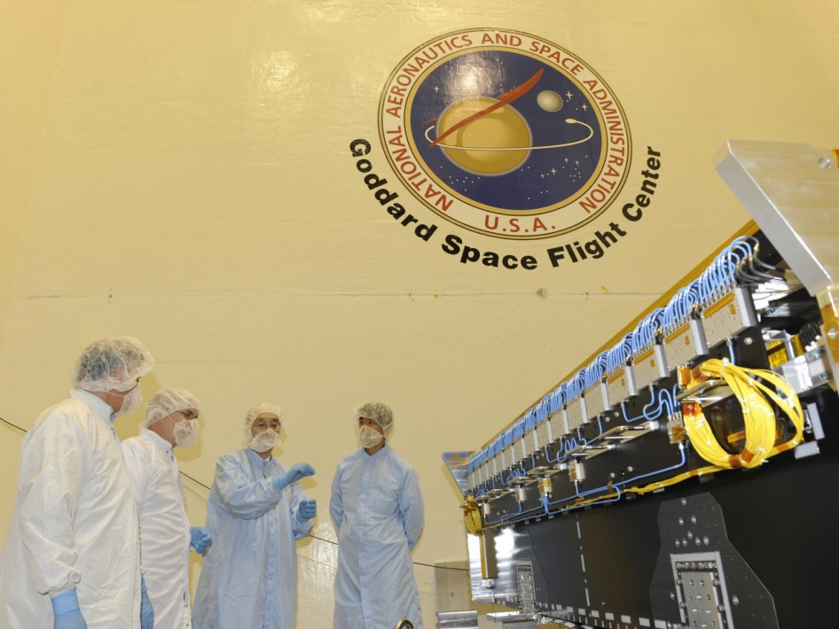 NASA and JAXA Officials Examine the DPR at Goddard