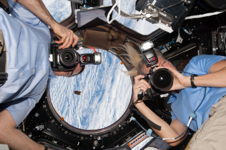 astronauts in space feel weightless because they - photo #8