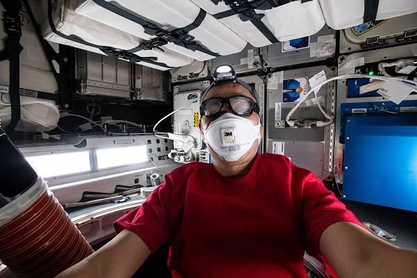 imagen del astronauta trabajando en el experimento.
