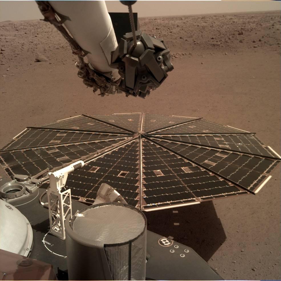 První záznam zvuku z Marsu: sonda InSight kromě focení a vrtání také nahrává vítr