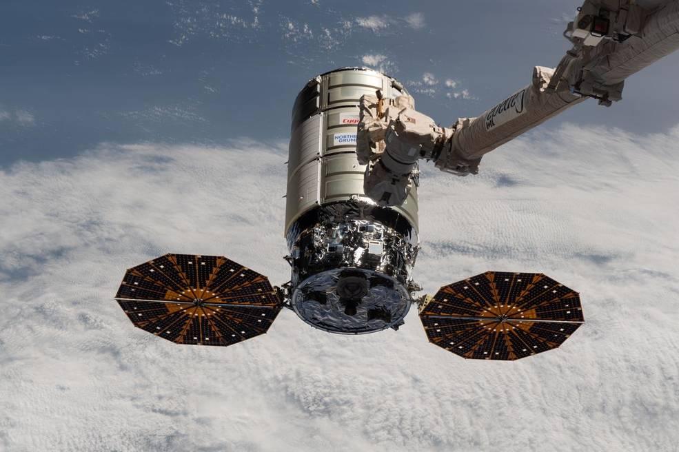 Cygnus, s robotickým ramenem ISS