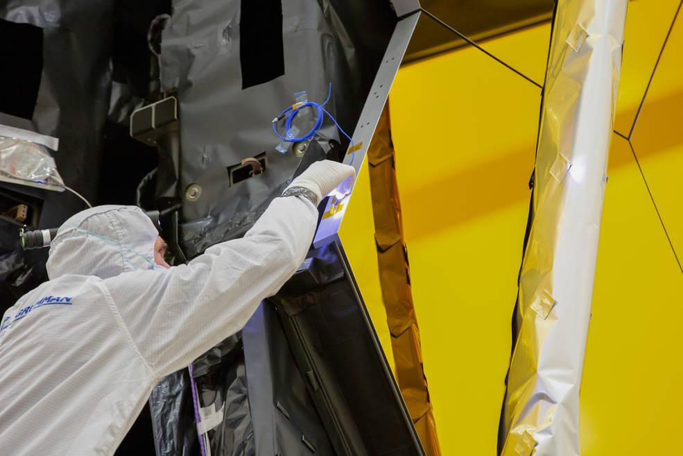 Un ingeniero inspecciona los sistemas eléctricos del telescopio espacial James Webb.